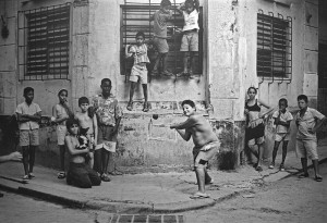 800px-Boys_Playing_Stickball,_Havana,_Cuba,_1999